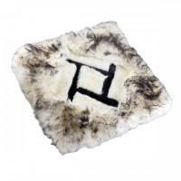 Меховой квадрат на сиденье (белый с черными кончиками)