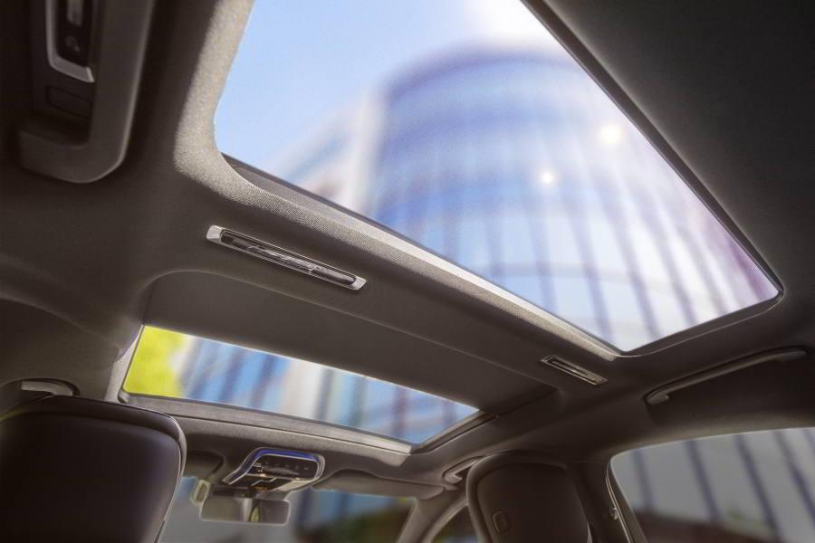 Элегантный раздвижной панорамный люк для нового Mercedes-Benz S-Класса. Вид внутри.
